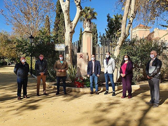 El Ayuntamiento de Lorca inaugura el monumento en homenaje a las personas fallecidas a causa del VIH en el Día Mundial del Sida - 1, Foto 1