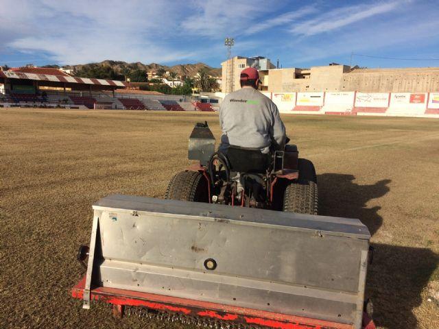 Resiembran el campo de fútbol del estadio municipal Juan Cayuela para garantizar su conservación y mantenimiento hasta el final de la temporada, Foto 1