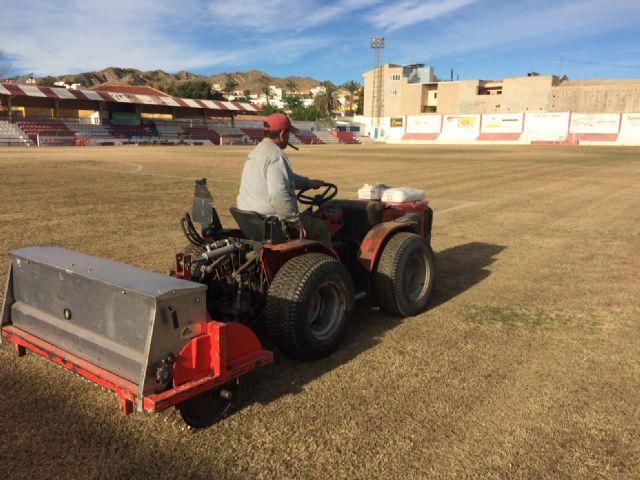 Resiembran el campo de fútbol del estadio municipal Juan Cayuela para garantizar su conservación y mantenimiento hasta el final de la temporada, Foto 2