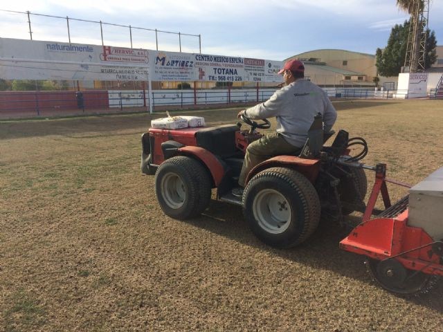 Resiembran el campo de fútbol del estadio municipal Juan Cayuela para garantizar su conservación y mantenimiento hasta el final de la temporada, Foto 4