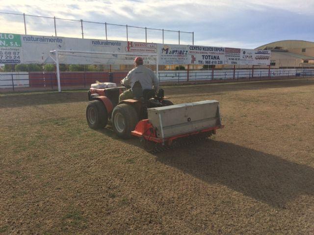 Resiembran el campo de fútbol del estadio municipal Juan Cayuela para garantizar su conservación y mantenimiento hasta el final de la temporada, Foto 5