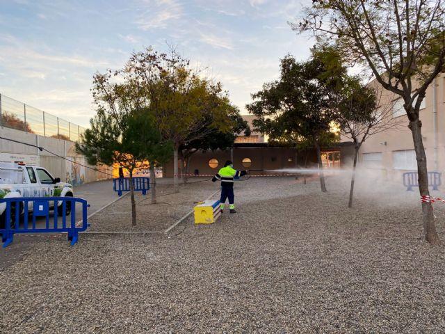 Servicios amplía la desinfección ante la covid19 a los patios y pistas deportivas de los centros educativos, Foto 1