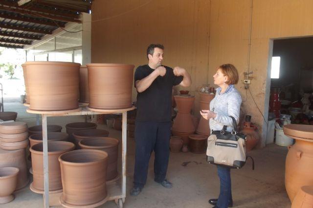 La directora general de Comercio y Protección del Consumidor visita la empresa artesana totanera Alfartudela, Foto 1