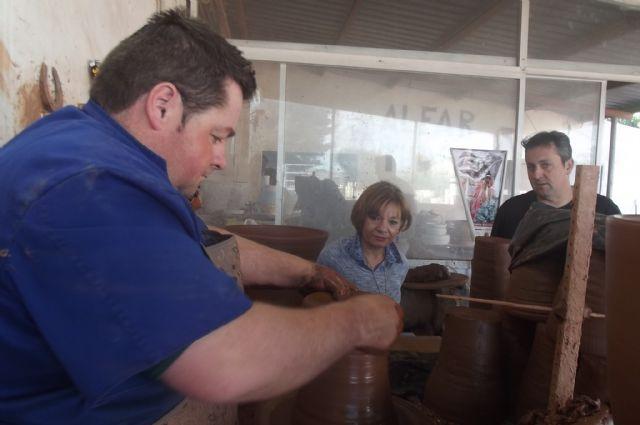 La directora general de Comercio y Protección del Consumidor visita la empresa artesana totanera Alfartudela, Foto 2