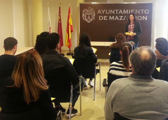 La oficina del consumidor muestra su funcionamiento a los alumnos de comercio del IES Felipe II, Foto 1
