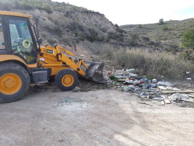 They clean several illegal dumps of waste distributed in different spaces around the periphery of the municipality