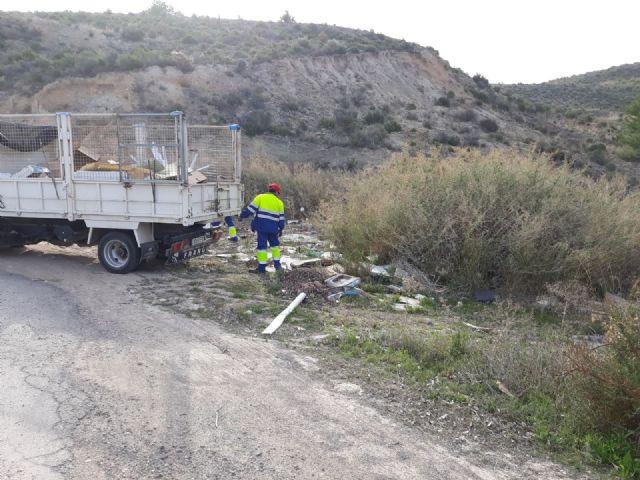 Limpian varios vertederos ilegales de residuos repartidos por diferentes espacios de toda la periferia del municipio, Foto 2