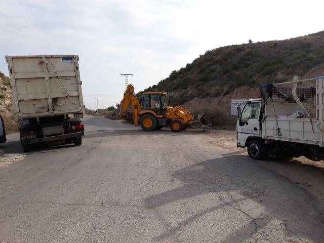Limpian varios vertederos ilegales de residuos repartidos por diferentes espacios de toda la periferia del municipio, Foto 3