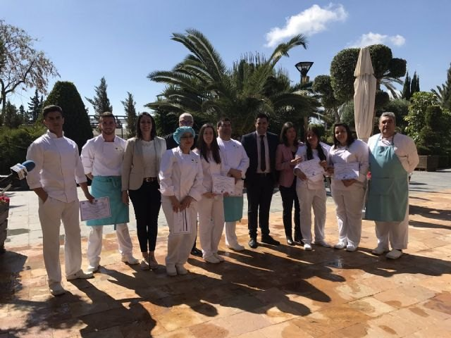 18 jóvenes en paro de Torre Pacheco completan un programa de la Comunidad que les capacita para trabajar en el sector de la hostelería - 1, Foto 1