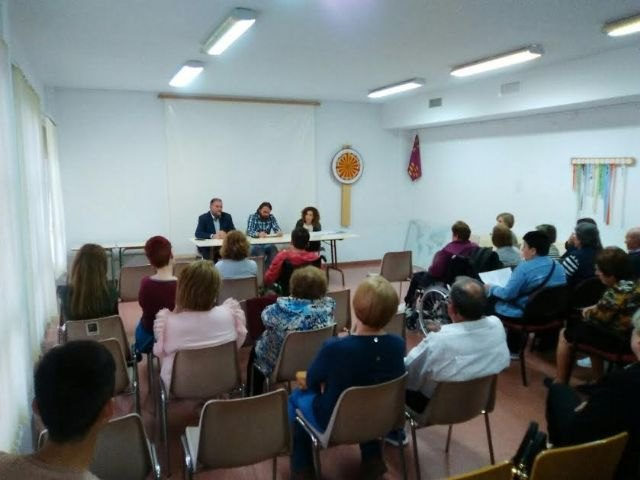 """Autoridades municipales se reúnen con los familiares de los usuarios del Centro de Día """"José Moyá Trilla"""", Foto 1"""