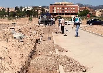La Concejalía de Obras e Infraestructuras está construyendo una acera que facilite el acceso y garantice la seguridad de los escolares y usuarios al CEIP Luis Pérez Rueda, Foto 1