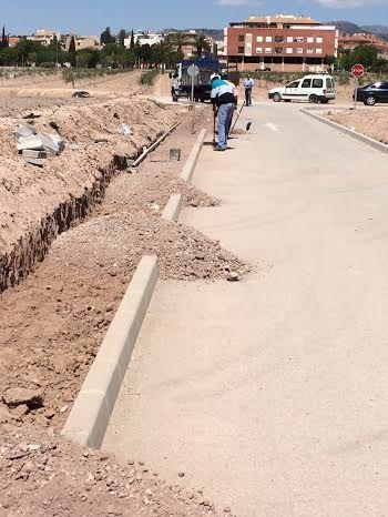 La Concejalía de Obras e Infraestructuras está construyendo una acera que facilite el acceso y garantice la seguridad de los escolares y usuarios al CEIP Luis Pérez Rueda, Foto 2