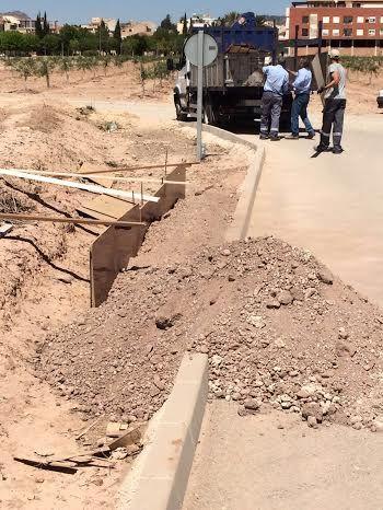 La Concejalía de Obras e Infraestructuras está construyendo una acera que facilite el acceso y garantice la seguridad de los escolares y usuarios al CEIP Luis Pérez Rueda, Foto 3