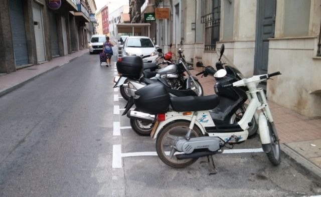 They enable more parking spaces for motorcycles and mopeds in Calle del Pilar, eliminating existing ones in the Plaza de la Constitución