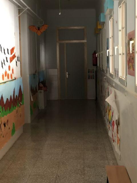 Renuevan las puertas de la planta baja del Colegio Santa Eulalia dentro del plan de actuaciones de cara al próximo curso escolar, Foto 1