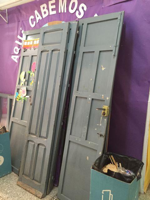 Renuevan las puertas de la planta baja del Colegio Santa Eulalia dentro del plan de actuaciones de cara al próximo curso escolar, Foto 3