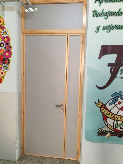 Renuevan las puertas de la planta baja del Colegio Santa Eulalia dentro del plan de actuaciones de cara al próximo curso escolar, Foto 4
