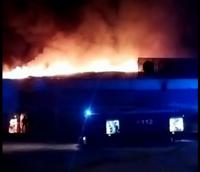 [Bomberos trabajan en el incendio en una discoteca abandonada de Totana