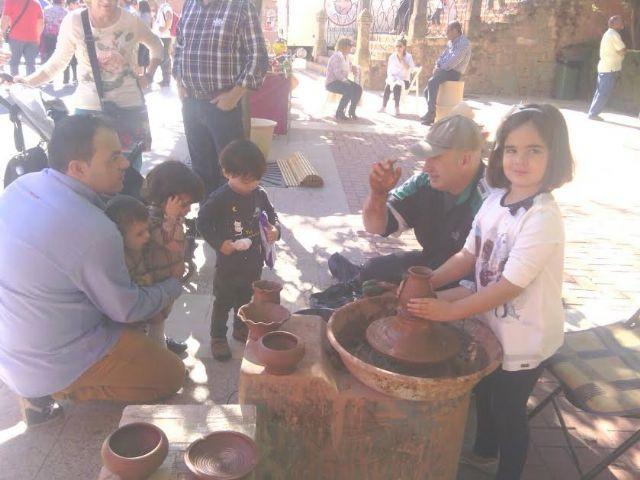 Este domingo se celebró el tradicional Mercadillo Artesano de La Santa con la asistencia de numeroso público gracias al buen tiempo, Foto 1