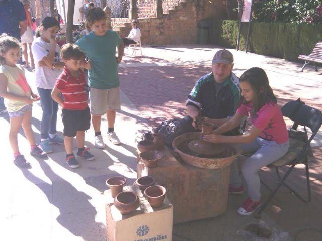 Este domingo se celebr� el tradicional Mercadillo Artesano de La Santa con la asistencia de numeroso p�blico gracias al buen tiempo, Foto 8
