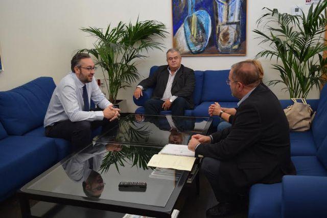 El alcalde inicia una ronda de reuniones con los Grupos Parlamentarios en la Asamblea regional para abordar la situación económico-financiera y ayudas concretas para el Servicio Municipal de Aguas, Foto 2