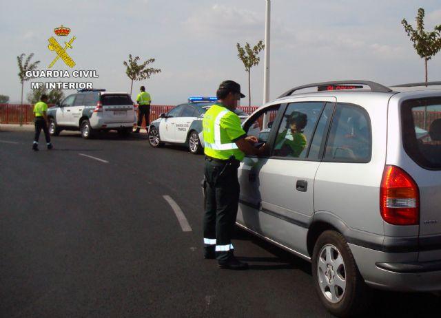 La Guardia Civil detiene a un conductor por eludir un control policial de forma temeraria y sin carn� (en Totana, carretera N-340), Foto 2