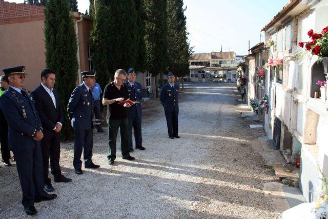 Flores a los soldados que se encuentran en nichos de la Base Aérea de Alcantarilla en nuestro Cementerio - 1, Foto 1