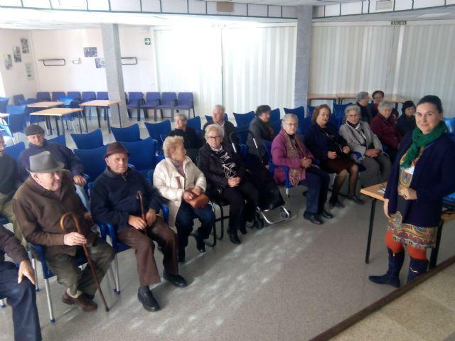 Los mayores de Alhama charlan sobre cómo disfrutar de la jubilación, Foto 1