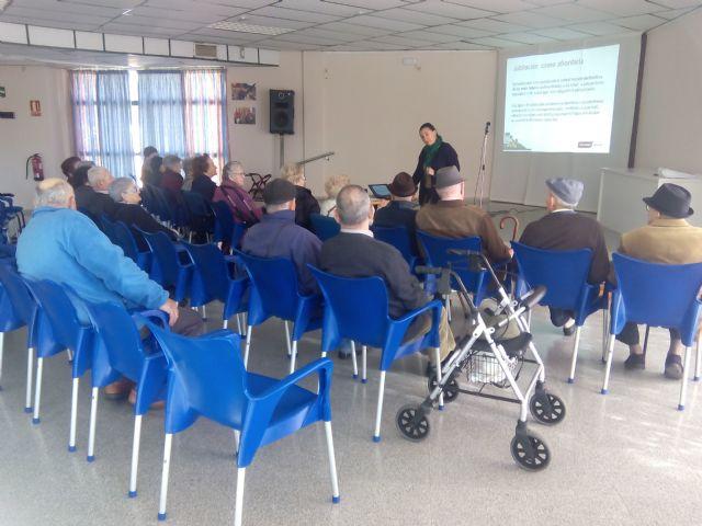 Los mayores de Alhama charlan sobre cómo disfrutar de la jubilación, Foto 3
