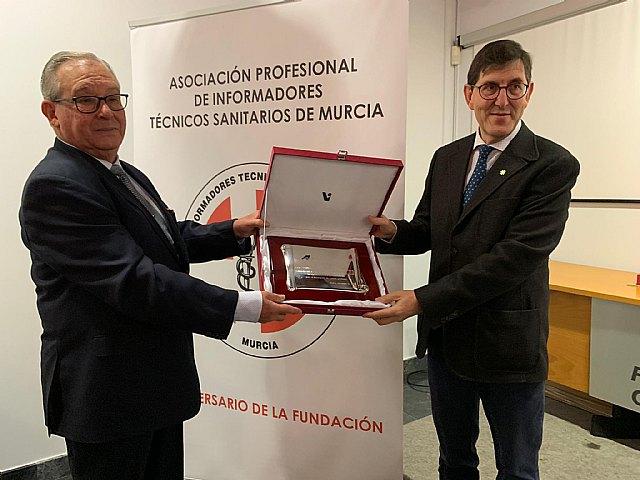 La Consejería de Salud recibe la Insignia de Oro de la Asociación de Informadores Técnicos Sanitarios de la Región, Foto 1