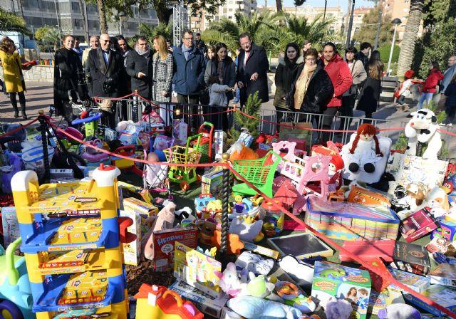 Las niñas y niños murcianos donan más de 4.000 juguetes en el gran Árbol de la Navidad - 2, Foto 2