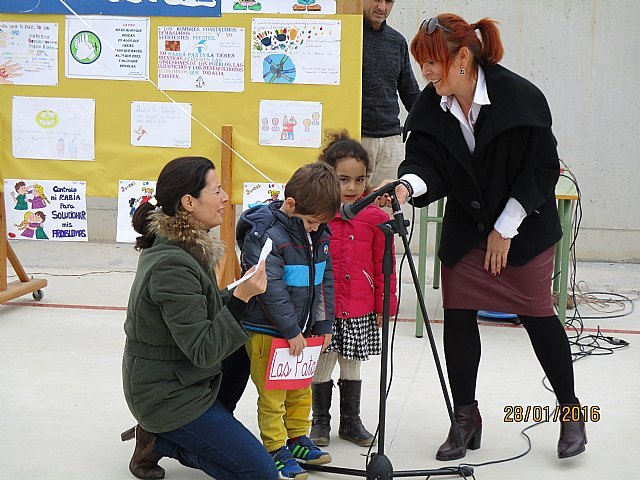El colegio La Cruz celebró un emotivo acto con motivo del Día Escolar de la No Violencia Y la Paz (DENYP), Foto 2