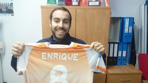 El totanero Enrique brinda su camiseta a la afición, Foto 1