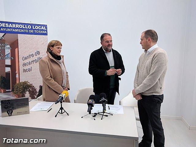 El Ayuntamiento suscribe dos nuevos contratos con empresarios para que se instalen en las dependencias del Vivero de Empresas de Totana VIVEM, Foto 1