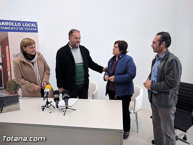 El Ayuntamiento suscribe dos nuevos contratos con empresarios para que se instalen en las dependencias del Vivero de Empresas de Totana VIVEM, Foto 2