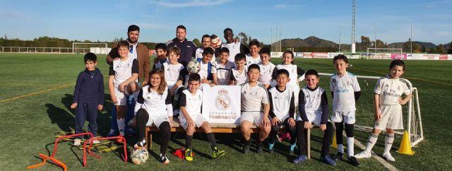 Los alumnos de la Fundación Real Madrid en Puerto Lumbreras reciben sus equipaciones oficiales - 1, Foto 1