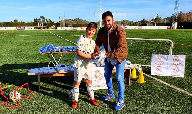 Los alumnos de la Fundación Real Madrid en Puerto Lumbreras reciben sus equipaciones oficiales - 2, Foto 2