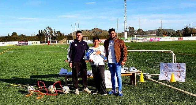 Los alumnos de la Fundación Real Madrid en Puerto Lumbreras reciben sus equipaciones oficiales - 3, Foto 3