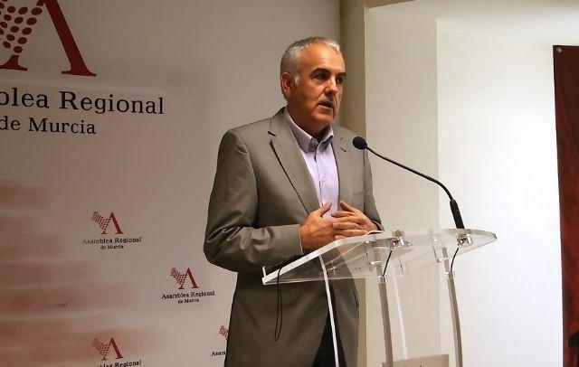 Martínez Baños pide en la Asamblea Regional la construcción de una pista polideportiva en el CEIP San José de Totana, Foto 1