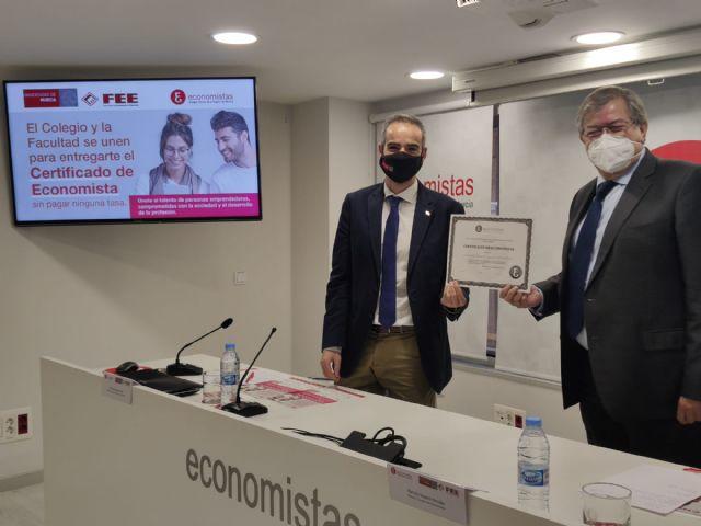 El Colegio de Economistas y la UMU han presentado un Convenio que impulsa la incorporación temprana al empleo de los estudiantes de Economía y Empresa - 1, Foto 1