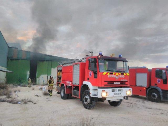 Bomberos apagan el incendio declarado en una nave abandonada en Yecla - 1, Foto 1