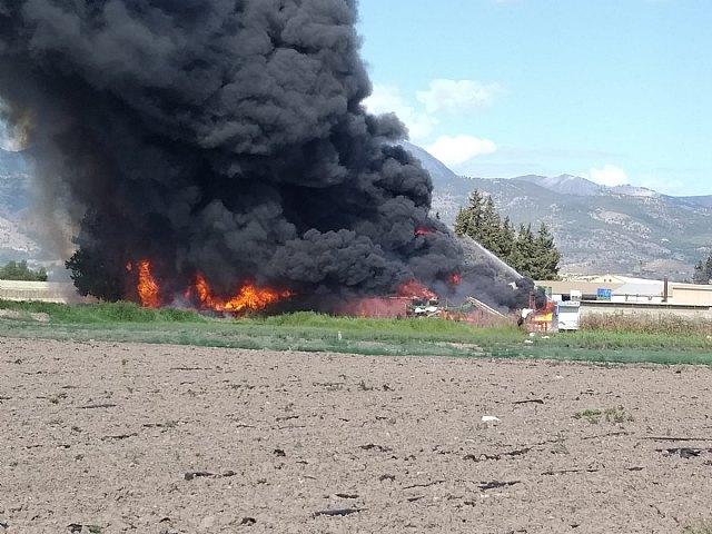 Servicios de emergencia dan por extinguido el incendio declarado en el exterior de un secadero de pimientos en Alhama de Murcia, Foto 1