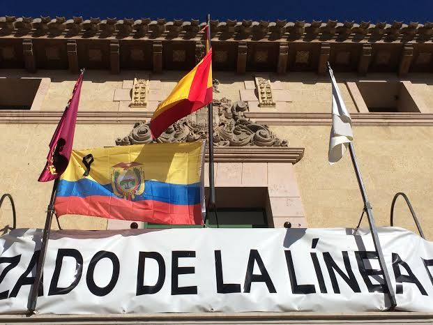 La bandera de Ecuador con crespón negro ondea en la fachada principal del Ayuntamiento en solidaridad con las víctimas del terremoto, Foto 1
