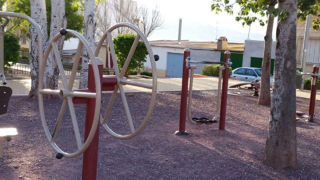 El Ayuntamiento de Alhama especializa a dos trabajadores en el mantenimiento e instalación de juegos infantiles y biosaludables, Foto 1