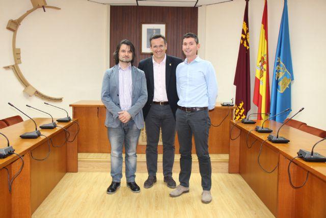 El Ayuntamiento de Alhama recibe a dos nuevos funcionarios, que proceden del Ayuntamiento de Totana, Foto 1