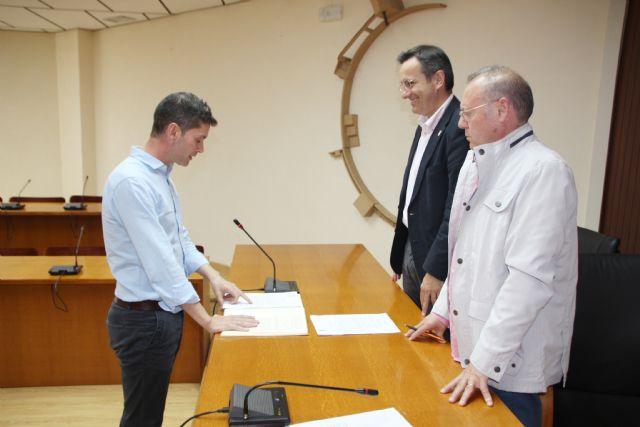 El Ayuntamiento de Alhama recibe a dos nuevos funcionarios, que proceden del Ayuntamiento de Totana, Foto 2