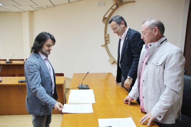 El Ayuntamiento de Alhama recibe a dos nuevos funcionarios, que proceden del Ayuntamiento de Totana, Foto 3