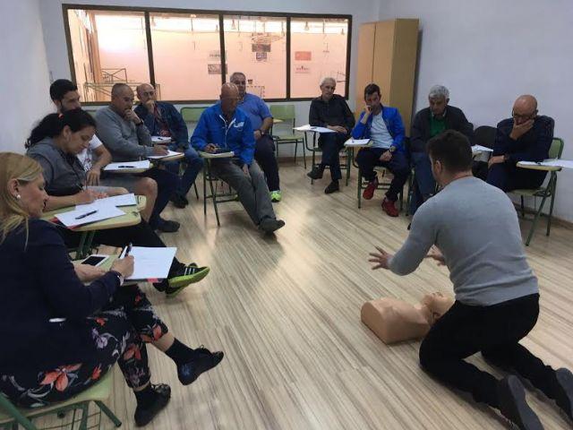 Técnicos de la Concejalía de Deportes aprenden el uso y gestión de los desfibriladores, Foto 1