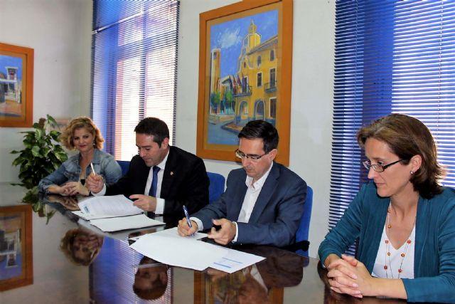 El alcalde de Alcantarilla, Joaquín Buendía y el director de concesiones de HIDROGEA en la Región de Murcia, Javier Ybarra, firman Convenio de Colaboración, a fin de coordinar esfuerzos dirigidos a optimizar la aplicación del Fondo Social de HIDROGEA - 1, Foto 1