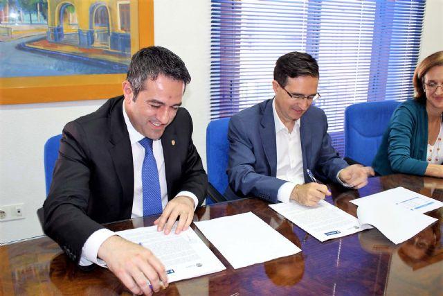 El alcalde de Alcantarilla, Joaquín Buendía y el director de concesiones de HIDROGEA en la Región de Murcia, Javier Ybarra, firman Convenio de Colaboración, a fin de coordinar esfuerzos dirigidos a optimizar la aplicación del Fondo Social de HIDROGEA - 2, Foto 2
